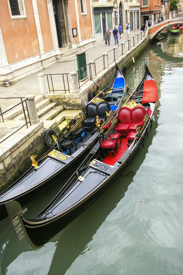 Gondeln in einem Kanal in Venedig stockfotografie