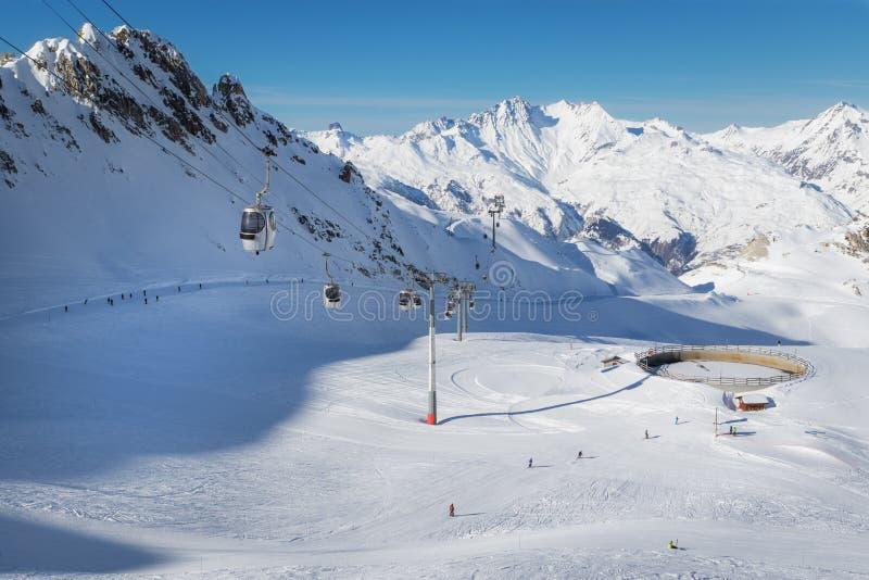 Gondeln einer Drahtseilbahn im populären Skiort Les bildet einen Bogen stockfotos
