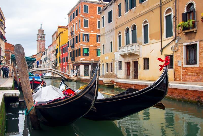 Gondeln im Venedig-Kanal Venetianische traditionelle Gondel Venezia-Stadtbild, Italien stockbilder