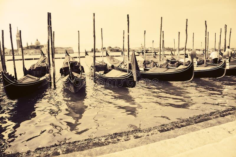 Gondeln am Kai Venedig Italien stockbilder