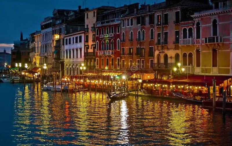 Gondeln und andere Boote werden oben nachts vor Restau gebunden lizenzfreie abbildung