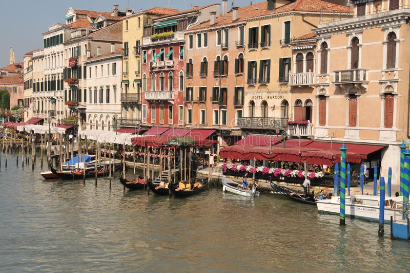 Gondeln vorbereitet für Geschäft auf dem Venedig Grand Canal lizenzfreie stockbilder