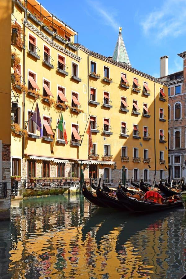 Gondels in één van de schilderachtige hoeken van Venetië stock afbeelding