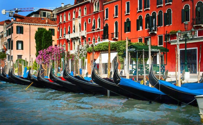 Gondels bij het dok Venetië stock foto's