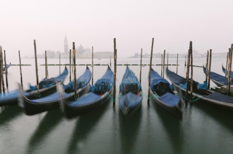 Gondels bij hun meertrossen in Venetië, Veneto, Italië, Europa royalty-vrije stock foto