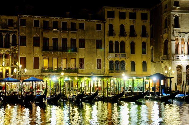 Gondels bij nacht in Venetië langs Grand Canal stock afbeeldingen