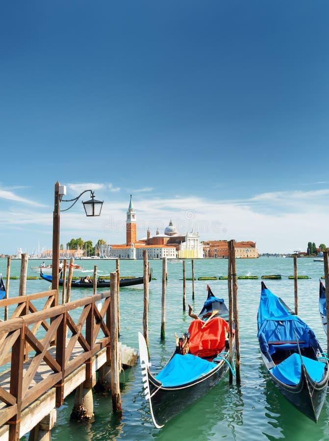 Gondels bij pijler naast Riva-degli Schiavoni, Venetië worden geparkeerd dat stock afbeeldingen