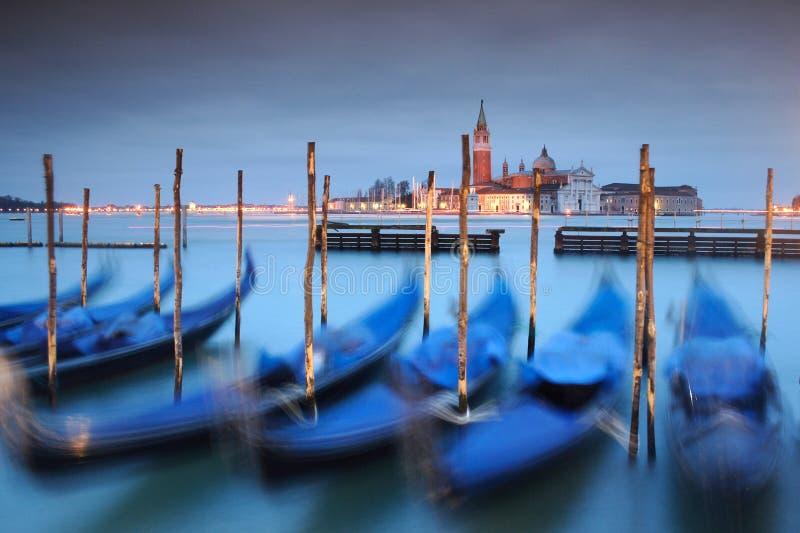 Gondels die op Groot Kanaal in Venetië worden verankerd royalty-vrije stock afbeeldingen