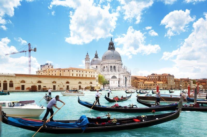 Gondels op Kanaal en Basiliek Santa Maria della Salute, Venetië royalty-vrije stock afbeeldingen