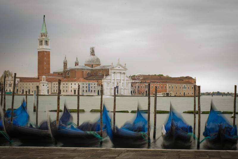Gondels op Kanaal Grande met San Giorgio Maggiore royalty-vrije stock afbeeldingen