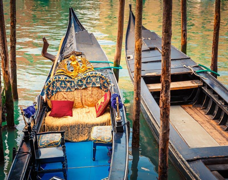 Gondels op kanaal in Venetië royalty-vrije stock afbeeldingen