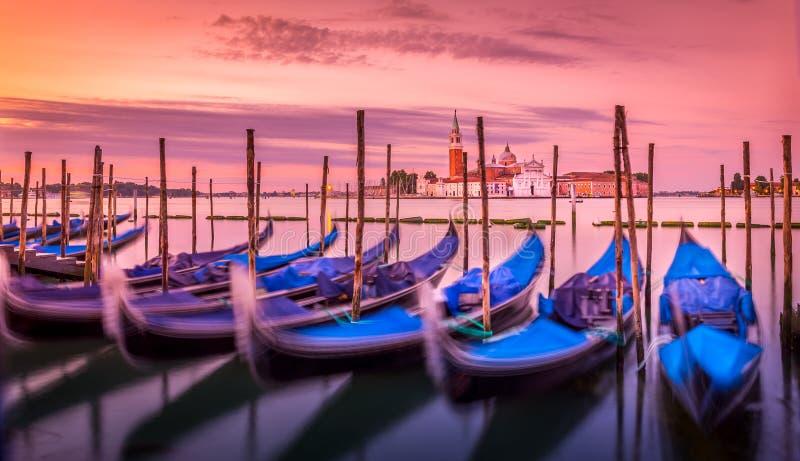 Gondels in Venetië bij zonsopgang stock afbeeldingen