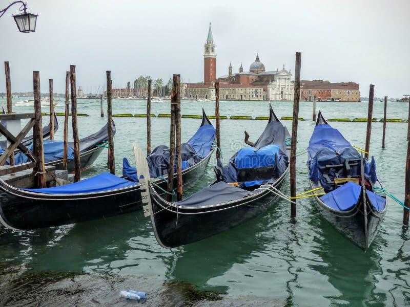 Gondels in Venetië in een regenachtige dag Italië stock foto