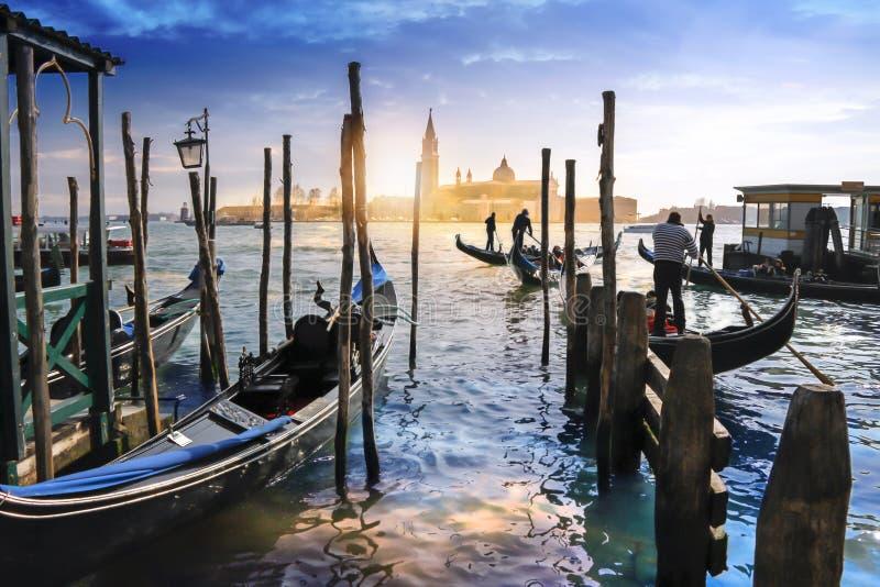 Gondels in Venetië en zonsondergang achter de kerk van San Giorgio Maggiore royalty-vrije stock fotografie