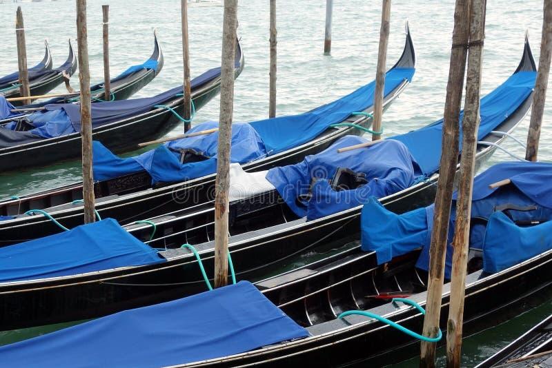 Gondels in Venetiaanse Lagune worden vastgelegd die royalty-vrije stock afbeelding