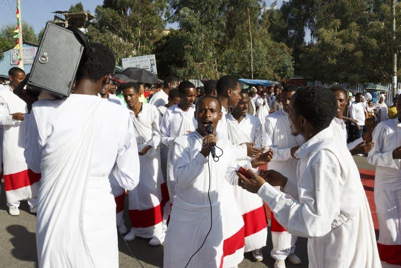 Gonder Etiopien, Februari 18 2015: Firar iklädd traditionell dress för folk den Timkat festivalen arkivbilder