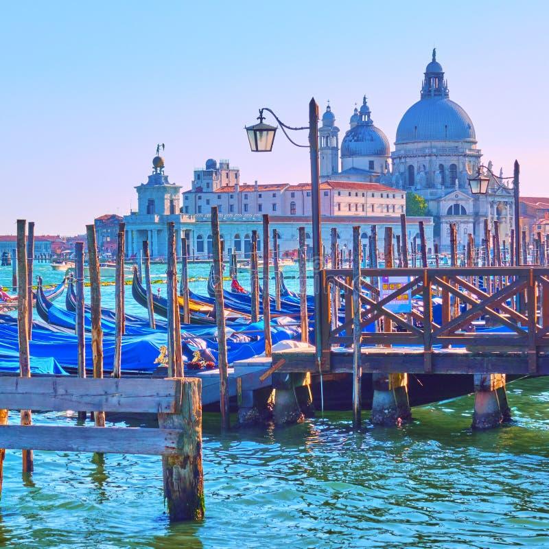 Gondol- och Santa Maria kyrka i Venedig arkivfoton
