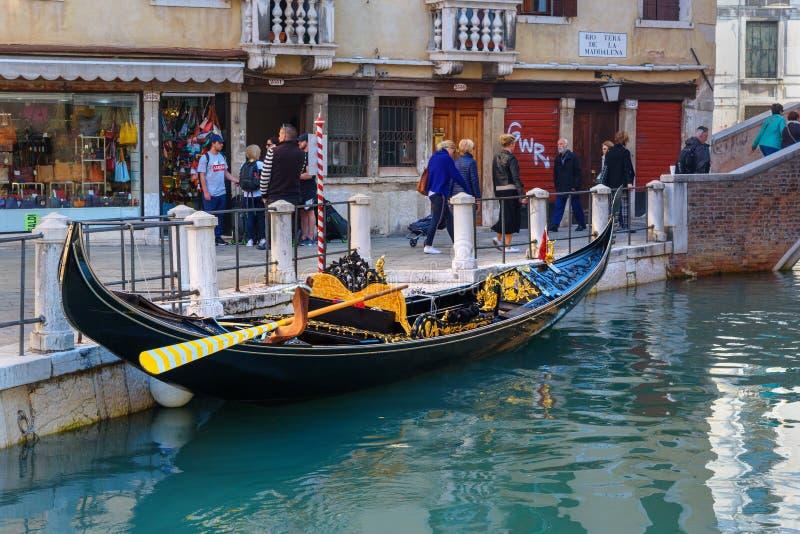 Gondol på kanalen Rio Della Maddalena In Venice italy arkivbild