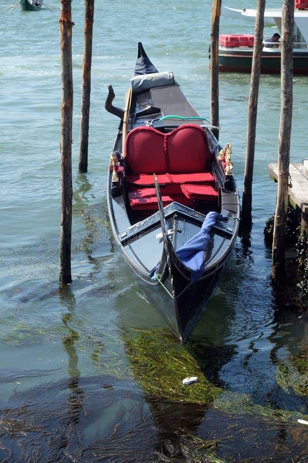 Gondol som väntar på turister för en ritt på den storslagna kanalen i Venedig arkivbild