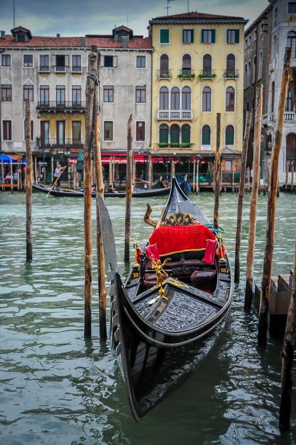 Gondola attraccata su Grand Canal immagini stock libere da diritti