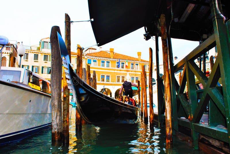 gondola attraccata a Venezia, la gondola, mezzo storico veneziano immagini stock