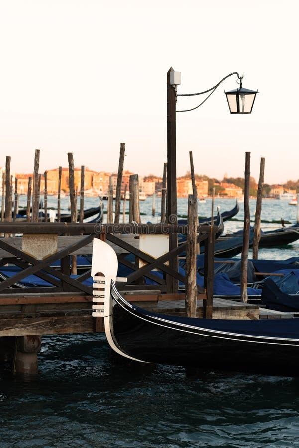 Gondola berthed na lagoa veneziana imagens de stock royalty free