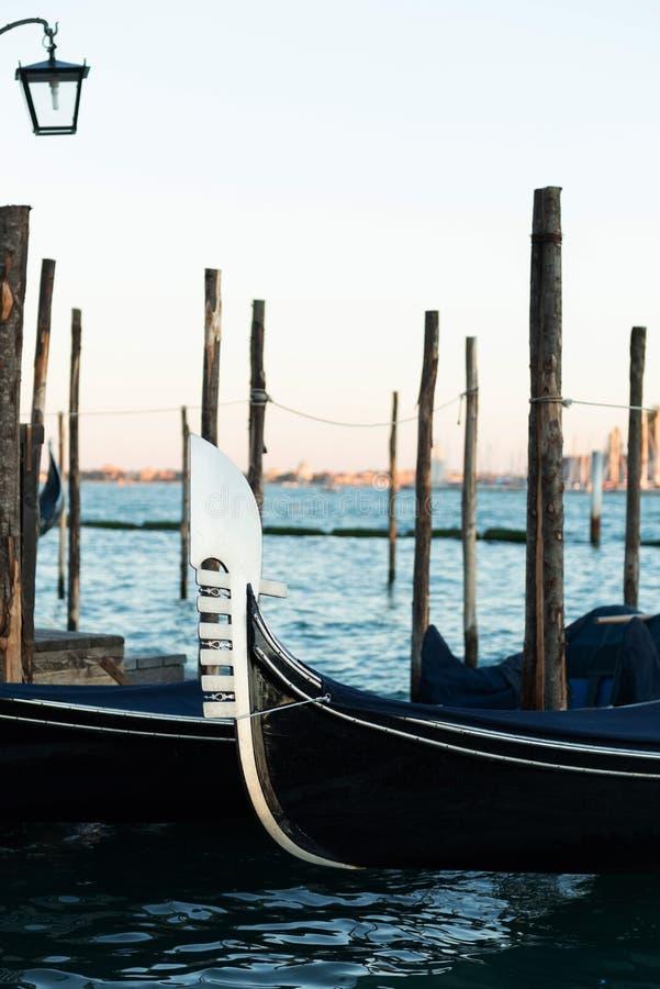 Gondola berthed na lagoa veneziana fotografia de stock