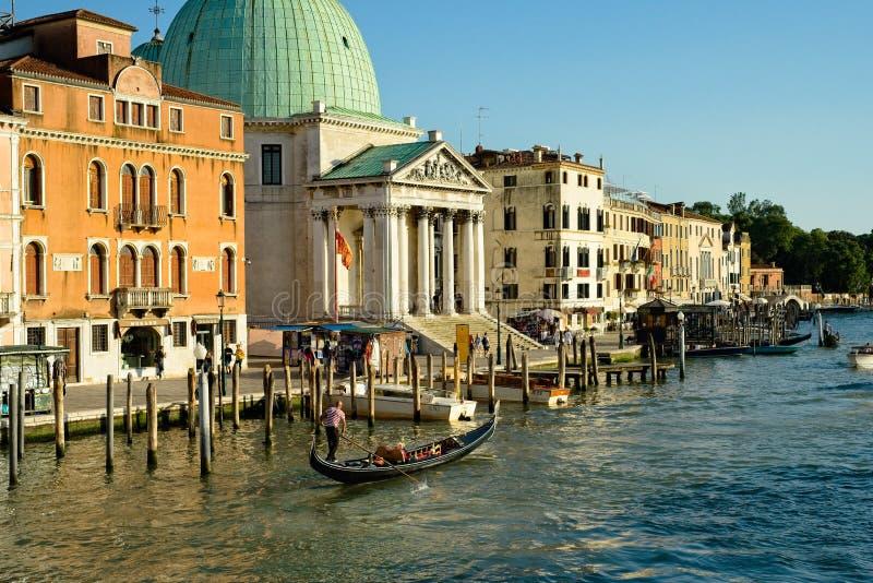 Gondola en kerk op het Grote Kanaal van Venetië stock foto's