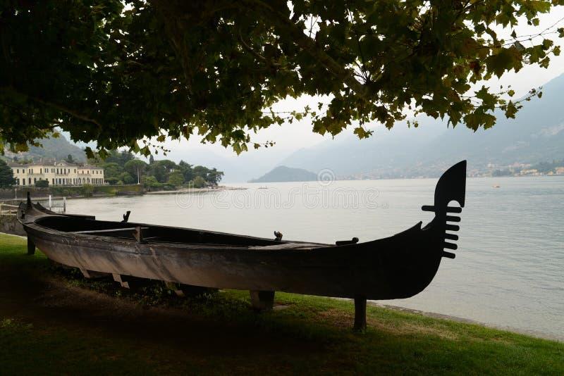 Gondola nei giardini della villa Melzi a Bellagio immagini stock libere da diritti