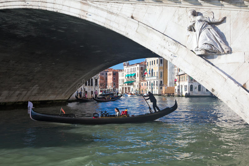 Gondola pod kantora mostem w Wenecja Włochy zdjęcia royalty free