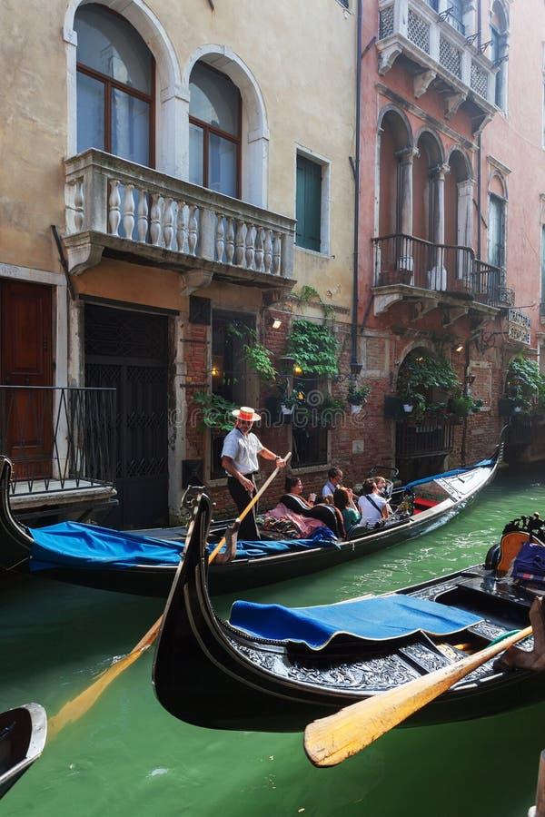 Gondola su un canale laterale a Venezia immagini stock