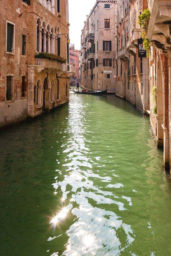 Gondola sul canale stretto a Venezia, Italia immagine stock