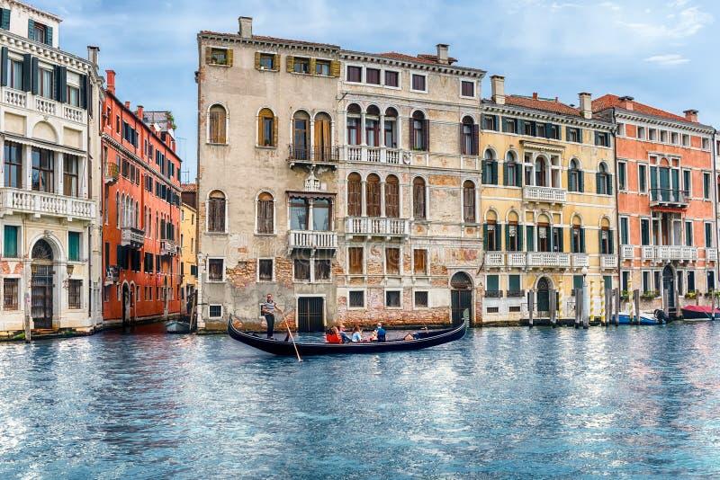 Gondola tradizionale in Grand Canal di Venezia, Italia immagini stock libere da diritti