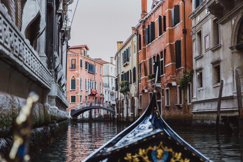 Gondola tradizionale sul canale stretto a Venezia, Italia immagini stock