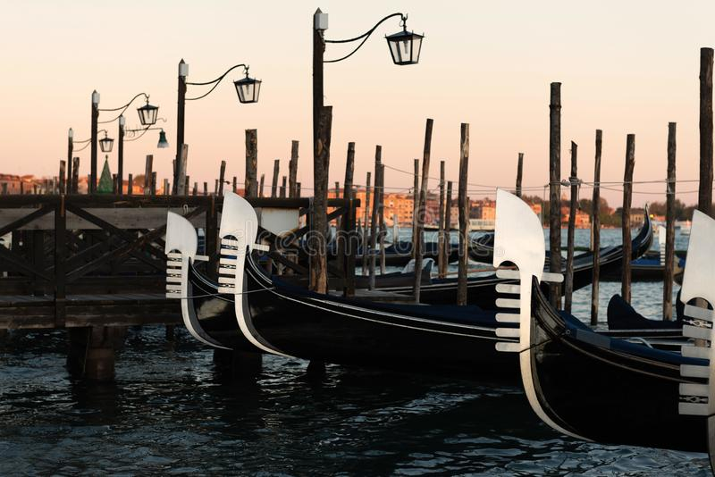 Gondolas berthed na lagoa veneziana fotos de stock