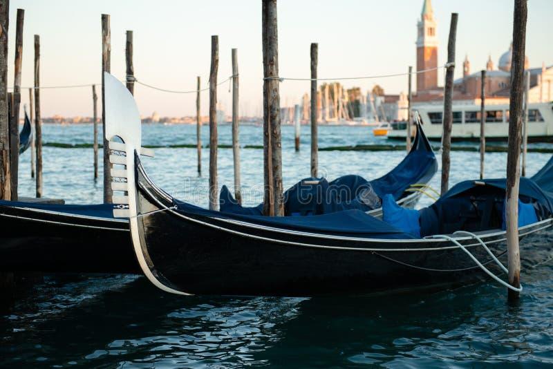 Gondolas berthed na lagoa veneziana fotos de stock royalty free