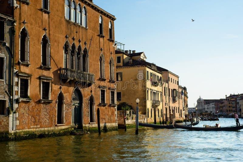 Gondolas in uscita dal canale Grand Canal fotografie stock libere da diritti