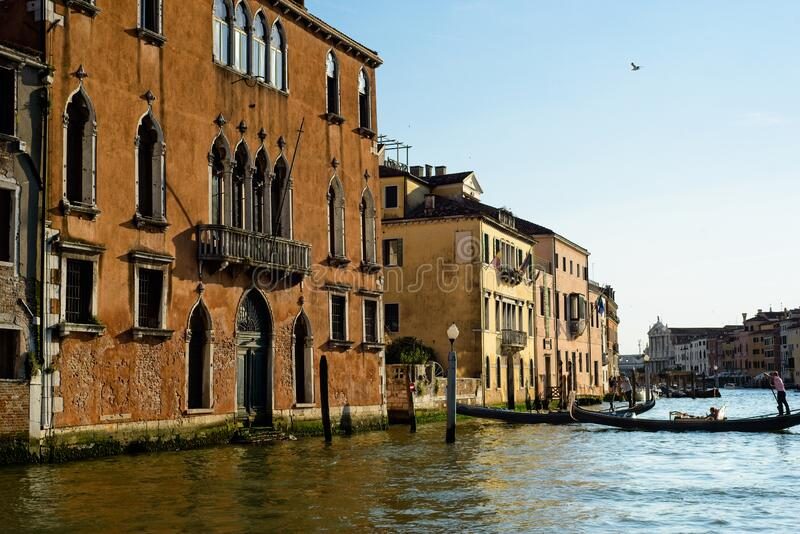 Gondolas wychodzi z Wielkiego Kanału zdjęcia royalty free