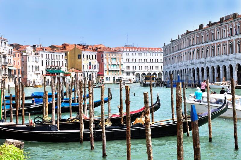 Gondole all'hotel Ca' Sagredo - Grand Canal Rialto - Venezia Italia Venezia - terreni comunali creativi da gnuckx fotografia stock