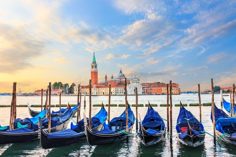 Gondole attraccate al pilastro in Grand Canal con San Giorgio Magg immagini stock libere da diritti
