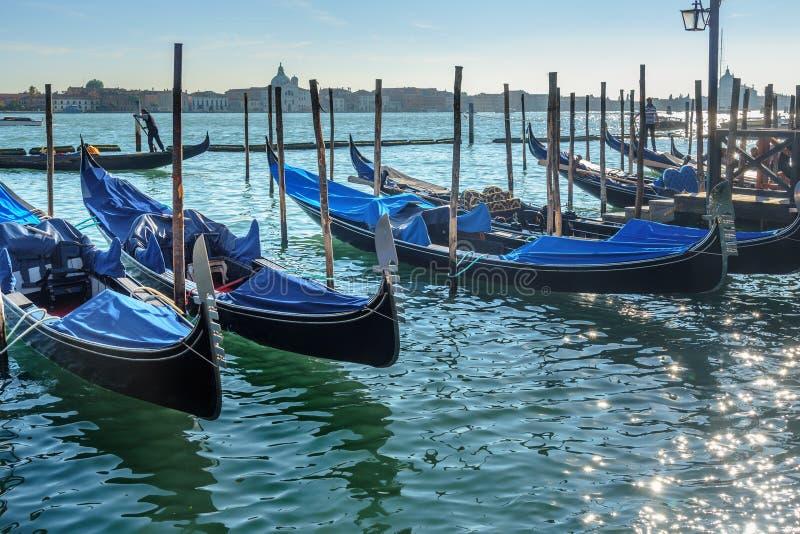 Gondole attraccate dalla piazza San Marco a Venezia L'Italia fotografia stock