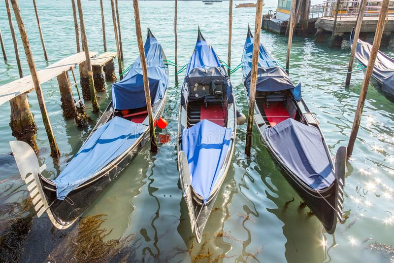 Gondole coperte a Venezia immagine stock