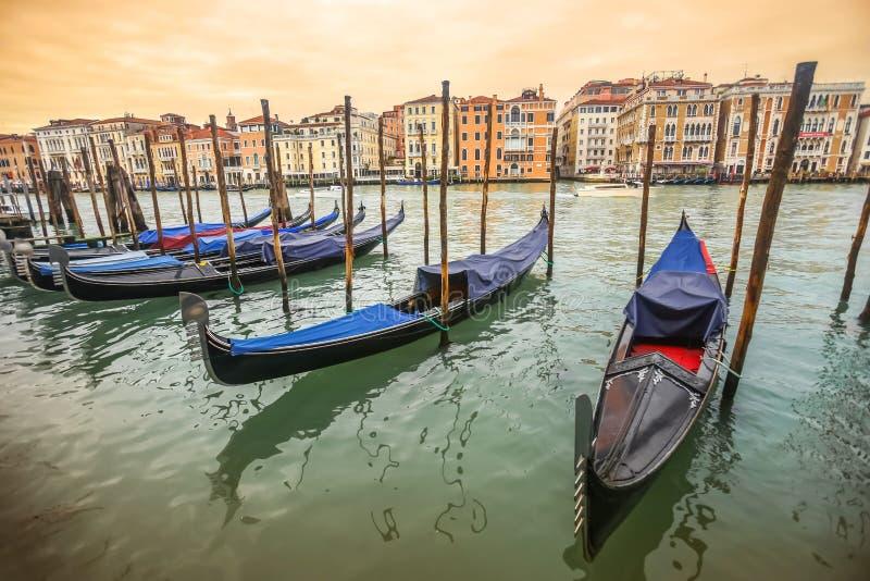 Gondole cumować przy dokiem w Wenecja zdjęcie royalty free