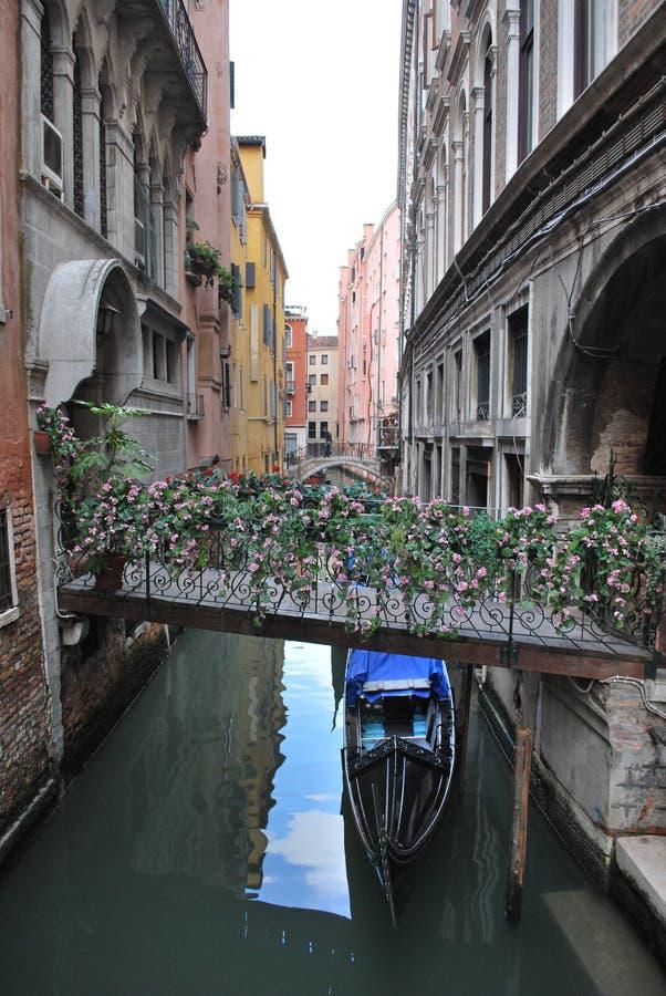 Gondole de Venise Italie allant sous la passerelle photo libre de droits