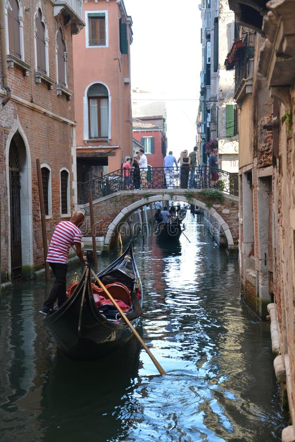 Gondole i gondoliery w kanale w Wenecja zdjęcia royalty free