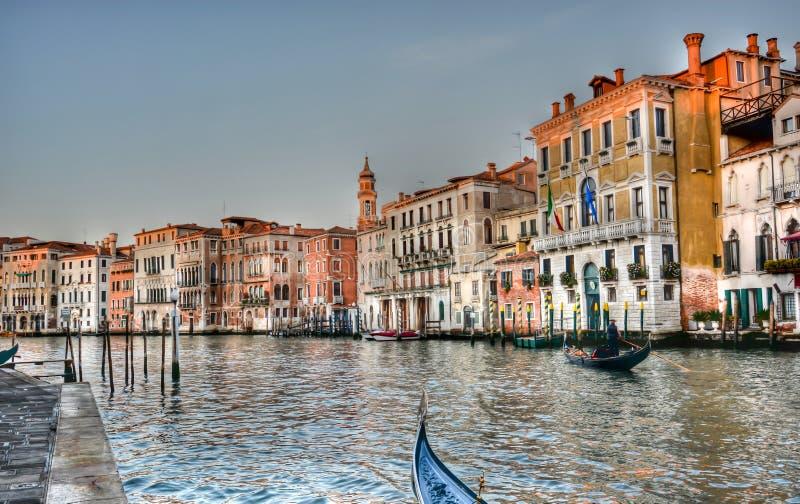 Gondole i pałac na Grand Canal w Wenecja ilustracja wektor