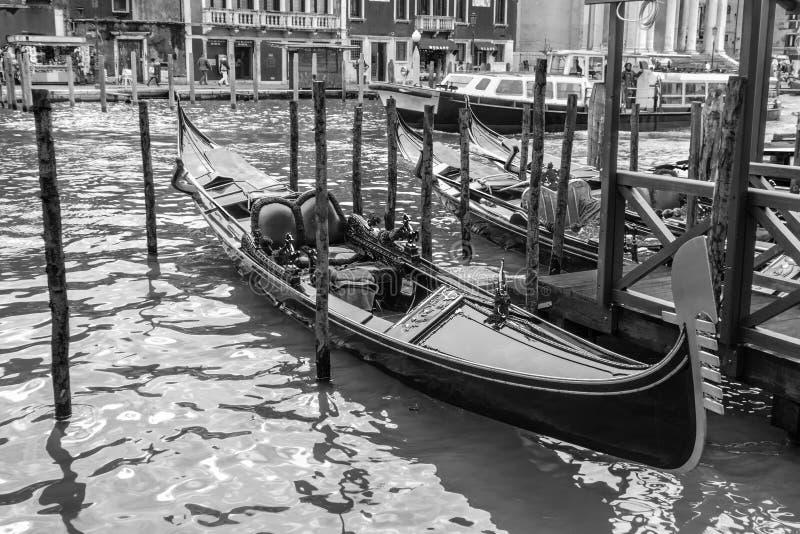 Gondole noire et blanche photographie stock libre de droits