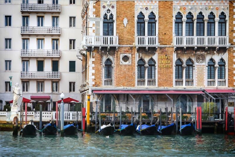 Gondole przed Hotelowym Bauer Palazzo fotografia stock