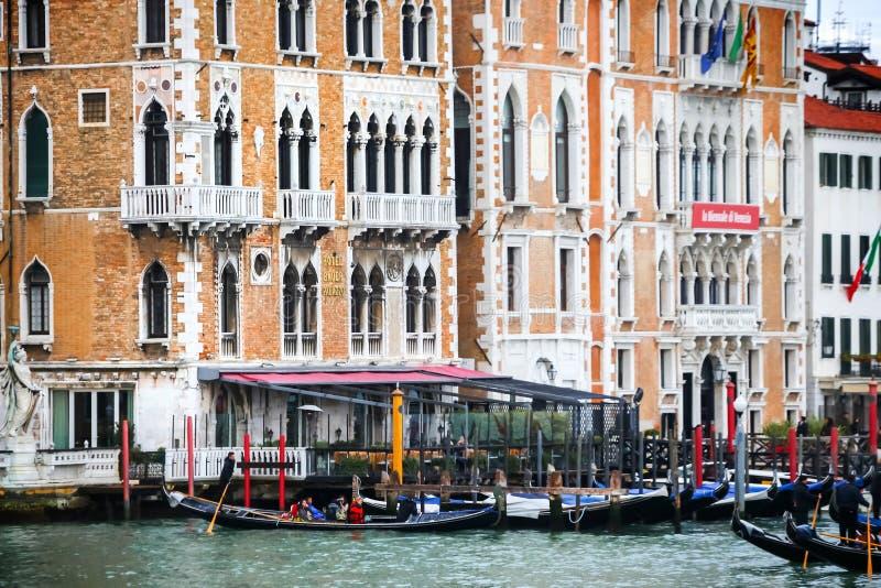 Gondole przed Hotelowym Bauer Palazzo obraz royalty free