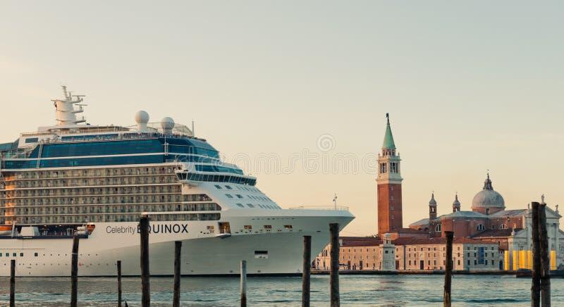 Gondole sui precedenti della nave da crociera enorme nel G di Venezia immagine stock